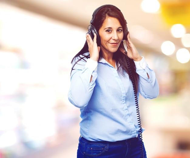 Femme écoutant de la musique avec un sourire