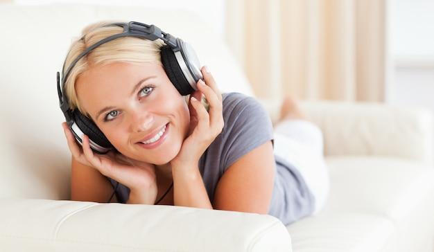 Femme écoutant de la musique
