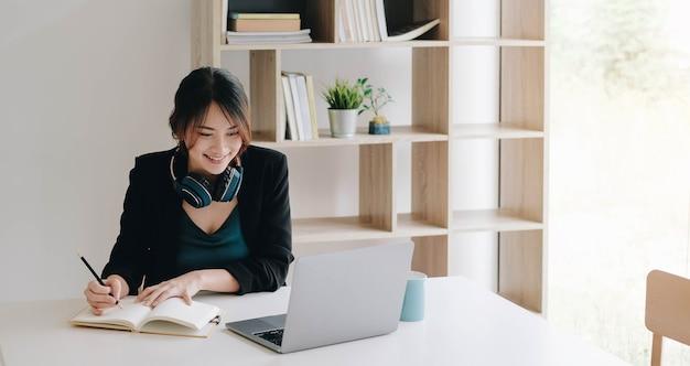 Femme écoutant quelqu'un pendant une leçon ou une conférence en ligne