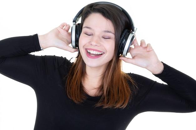 Femme, écoute, musique, écouteurs, écouteurs, apprécier, chant