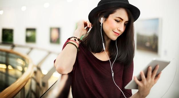 Femme écoute musique media divertissement concept relaxation