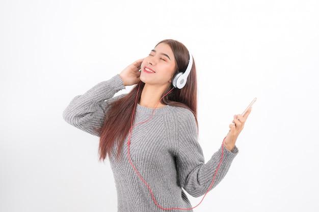 La femme écoute de la musique.