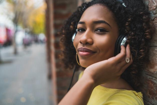 Femme, écoute, musique