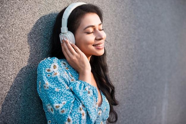 Femme, écouteurs, appréciant
