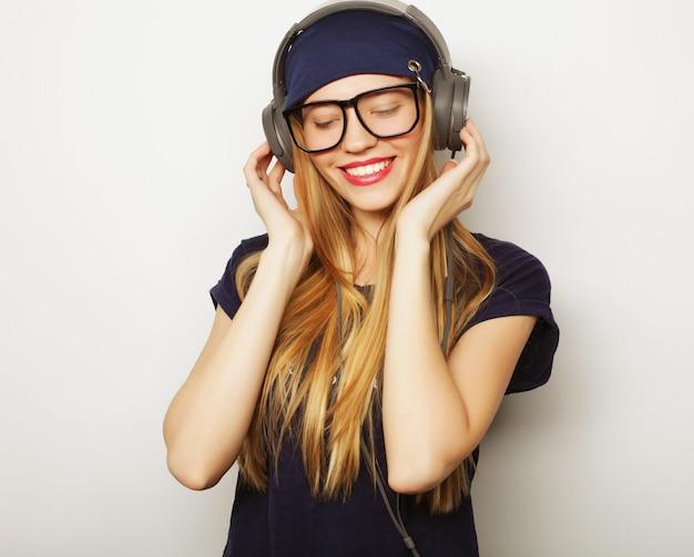 Femme avec des écouteurs écoutant de la musique