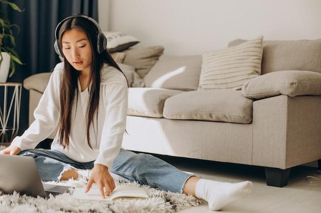 Femme avec des écouteurs, écoutant un séminaire