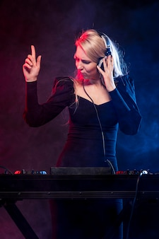 Femme, écouteurs, mélange, musique