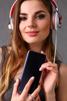 Femme, écouteurs, tenue, smartphone