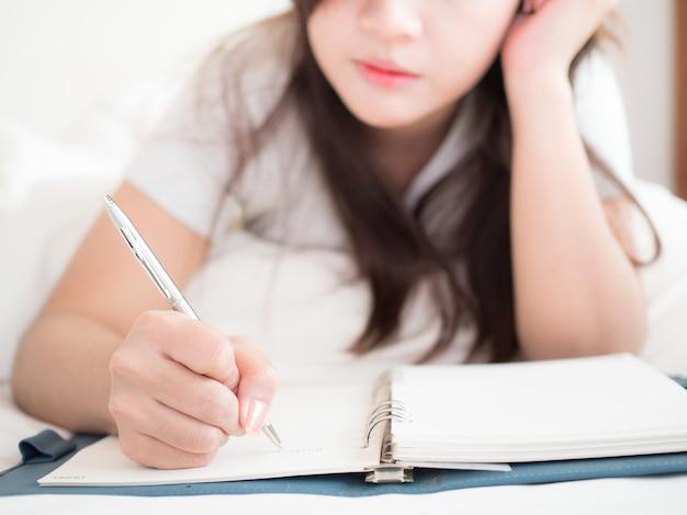 Femme écrire journal dans la chambre