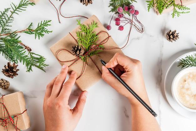 Femme, écrire, souhaits, noël, cadeau, présent, boîte