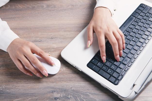 La femme écrit sur le clavier