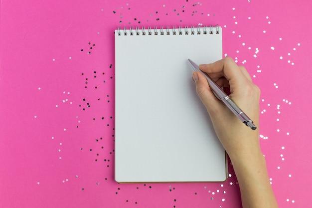 Femme écrit sur ordinateur portable