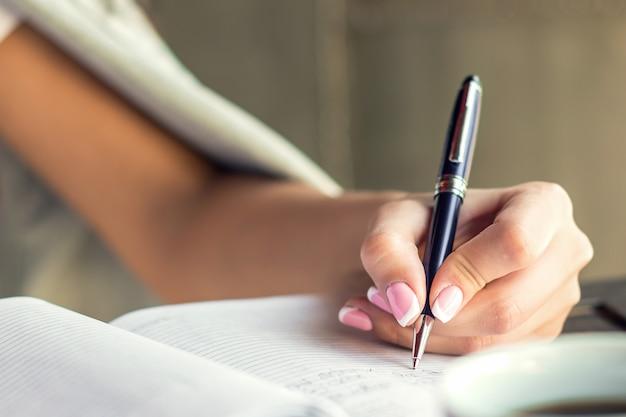 Femme, écriture, bloc-notes