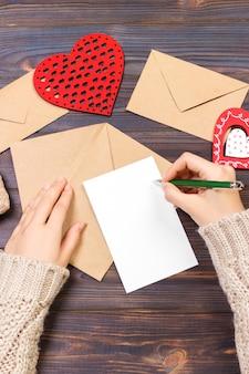 Femme écrivant une lettre d'amour ou un poème romantique pour la saint valentin