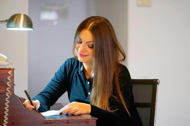 Une femme écrivant une lettre