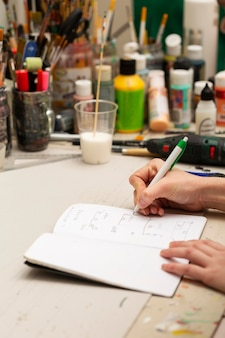 Femme écrivant des mesures dans un cahier