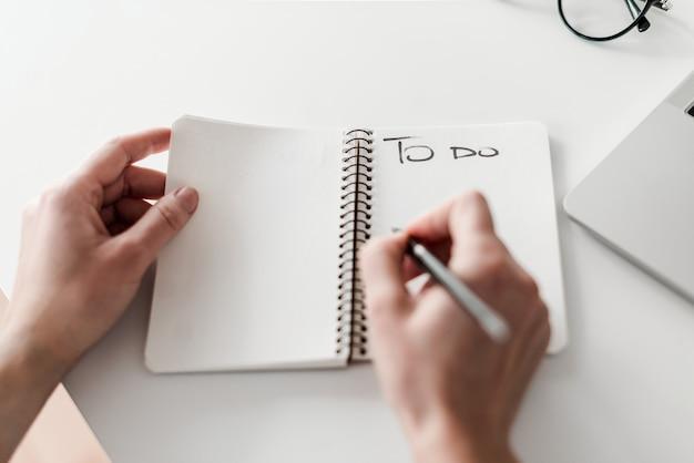 Femme écrivant pour faire la liste