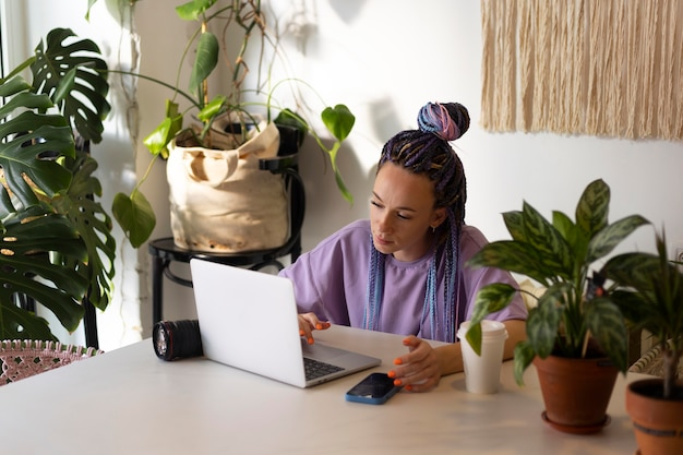 Femme éditant ses photos de produit