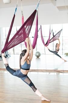 Femme effectuant une danse sur des soies aériennes