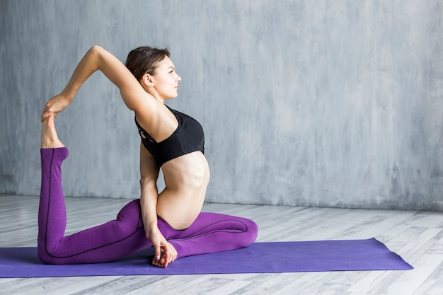 Femme effectuant un exercice arrière main à pieds