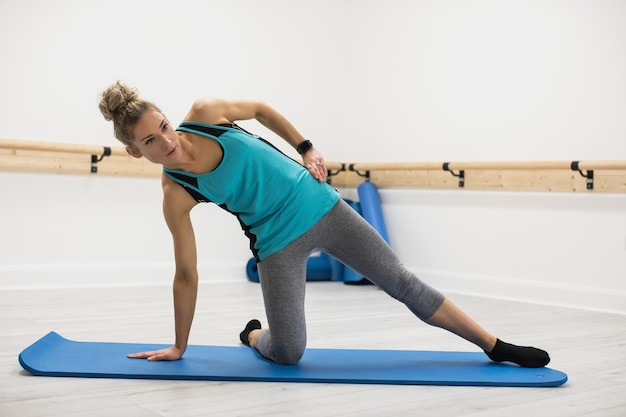 Femme effectuant des exercices d'étirement