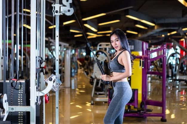 Femme effectuant des exercices de formation dans une salle de sport