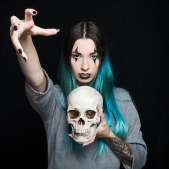 Femme effrayant tenant un crâne humain