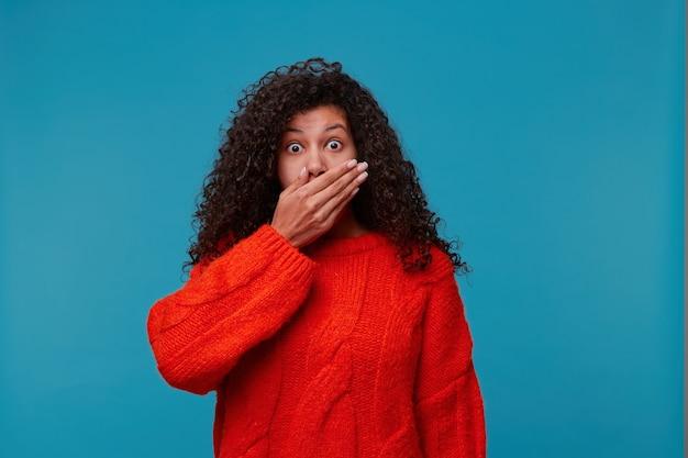 Femme effrayée dans la stupeur sautant les yeux à l'avant et couvrant la bouche pour ne pas crier avec la main