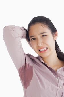 Femme effrayée par ses taches de sueur