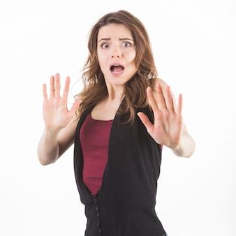 Femme effrayée se défendre contre un fond blanc