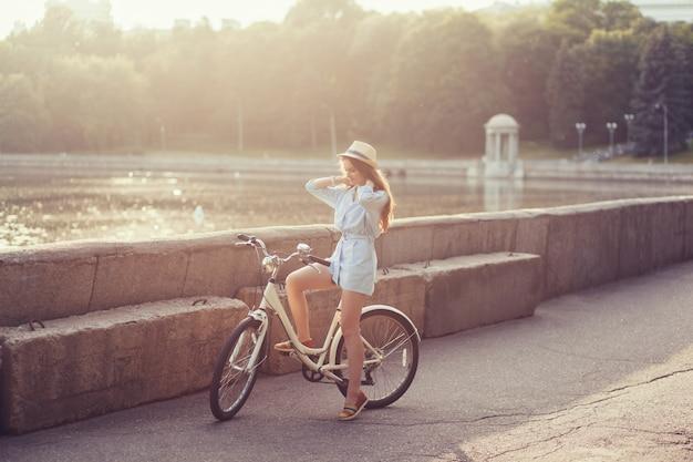 Femme élégamment vêtue à vélo