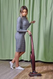 Une femme élégante et attrayante range la pièce.