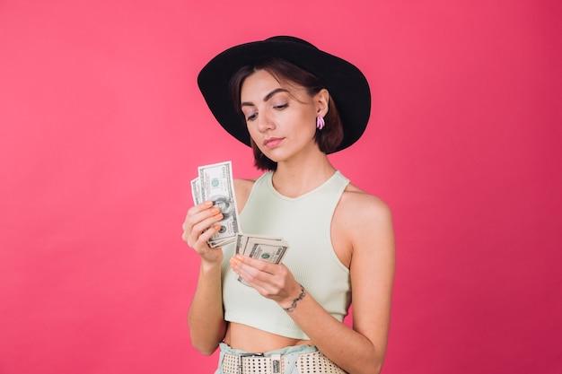 Femme élégante Au Chapeau Sur Un Mur Rouge Rose Photo gratuit
