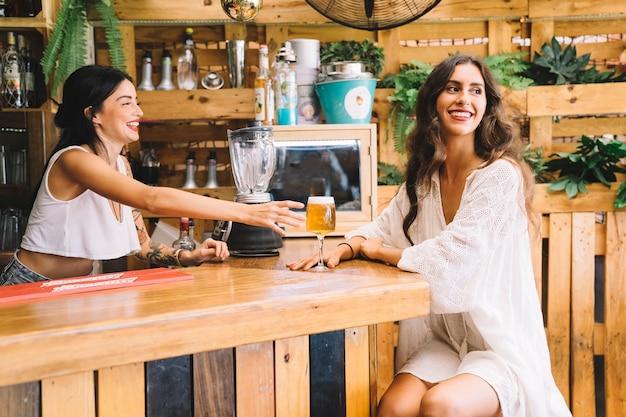 Femme élégante et barman