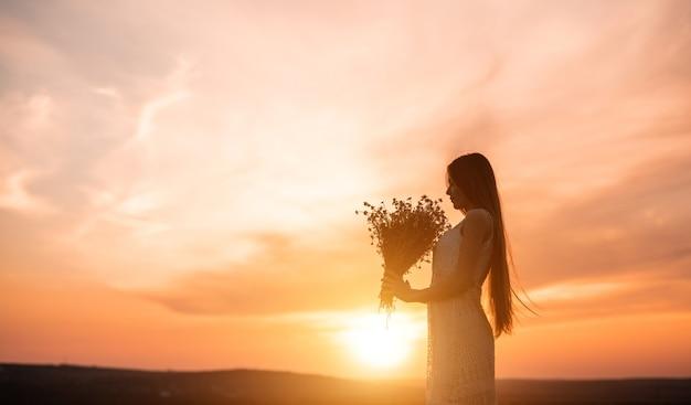 Femme élégante bénéficiant d'un bouquet de fleurs fraîches