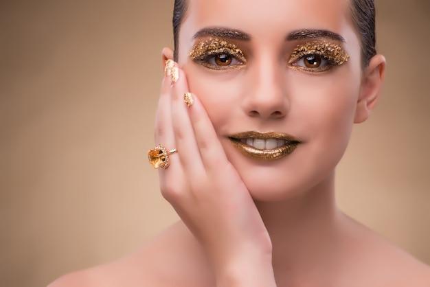 Femme élégante avec des bijoux dans le concept de mode