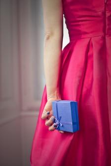 Femme élégante avec une boîte cadeau