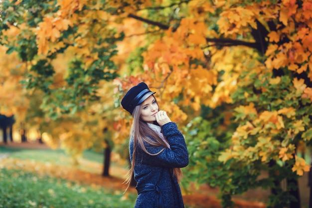 Femme élégante, chapeau élégant