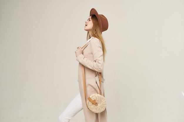 Femme élégante avec chapeau mode look attrayant lumière de style