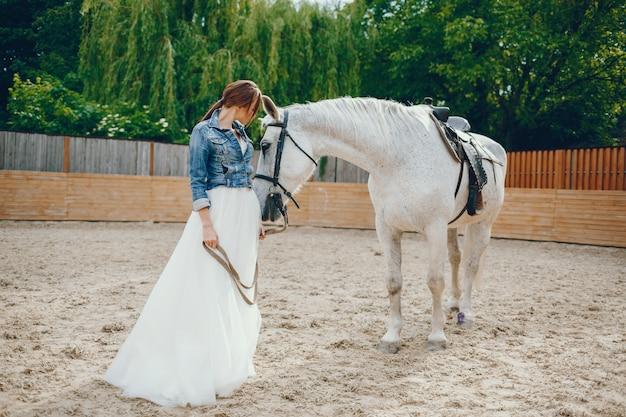 Femme élégante à cheval