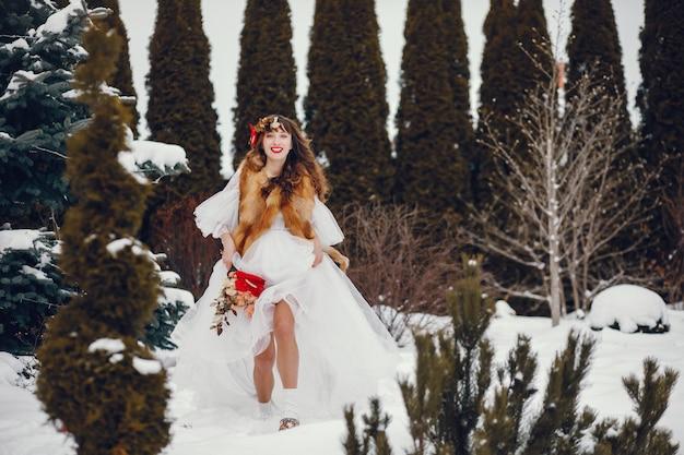 Femme élégante dans une longue robe blanche