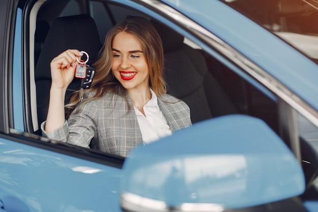 Femme élégante dans un salon de voiture