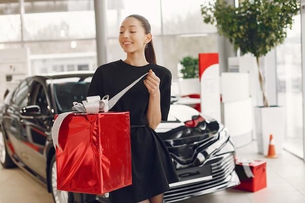 Femme élégante et élégante dans un salon de voiture