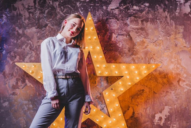 Femme élégante à l'étoile brillante