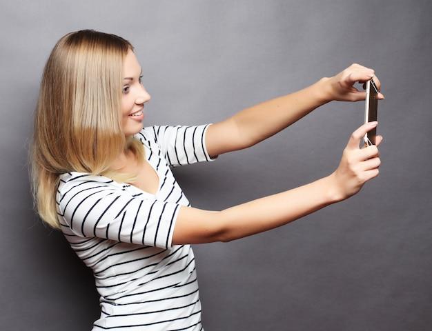 Femme élégante faisant photo selfie sur smartphone