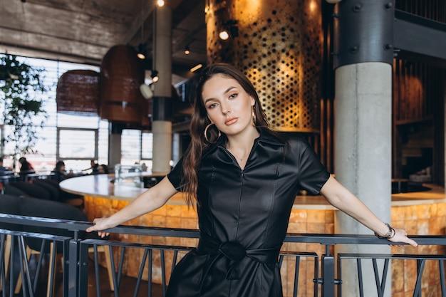 Femme élégante et glamour au restaurant.