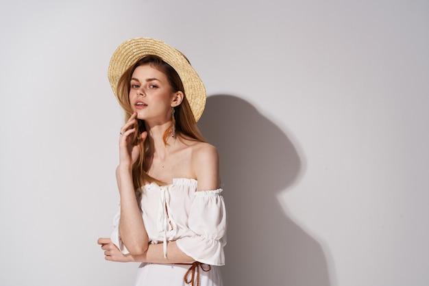 Femme élégante glamour look attrayant studio lumière