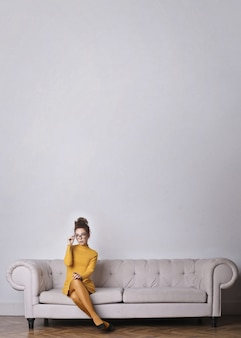 Femme élégante en jaune
