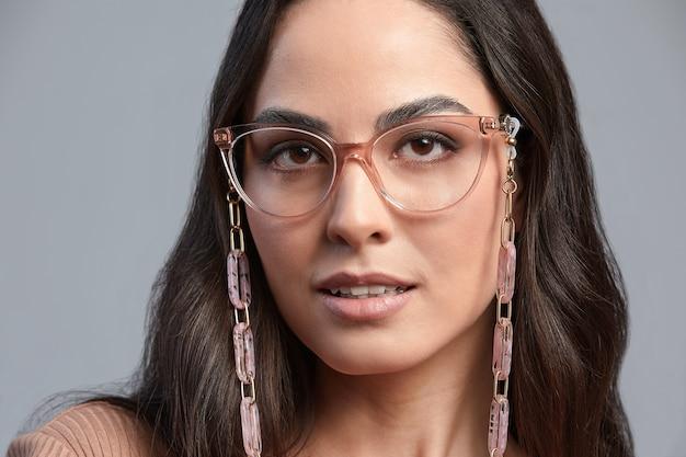 Femme élégante à lunettes, portrait de mode d'une femme d'affaires à lunettes élégantes sur fond gris, bannière publicitaire de lunettes, espace pour copie