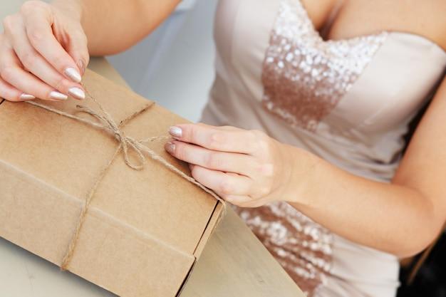Femme élégante ouvre un paquet